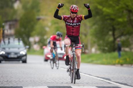 Tomáš Holub dojíždí do cíle Pavé Tour 2015